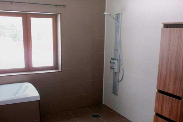 плиточные работы, установки дверной рамы и шпатлевки потолка в ванной